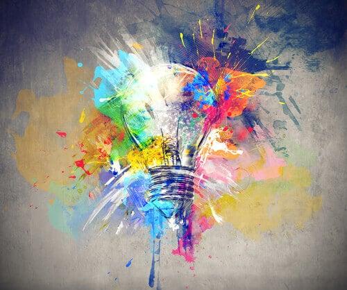 lampadina con esplosione di colori a simboleggiare creatività