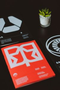 brochure su tavolo