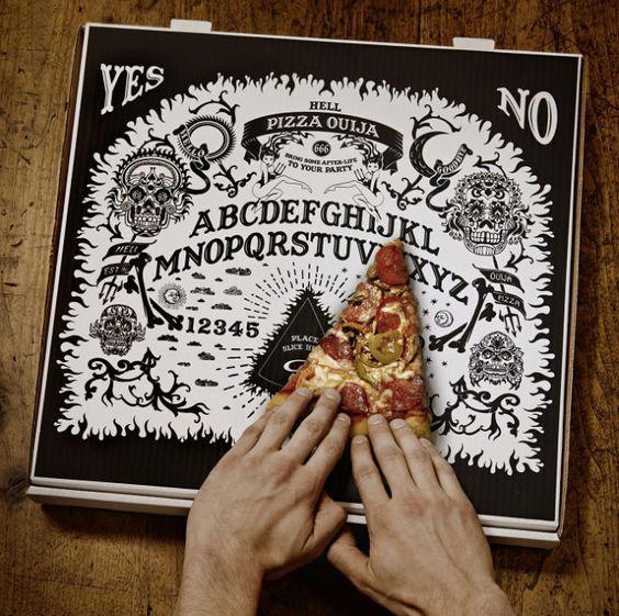 cartone per pizza che diventa una tavoletta Ouija